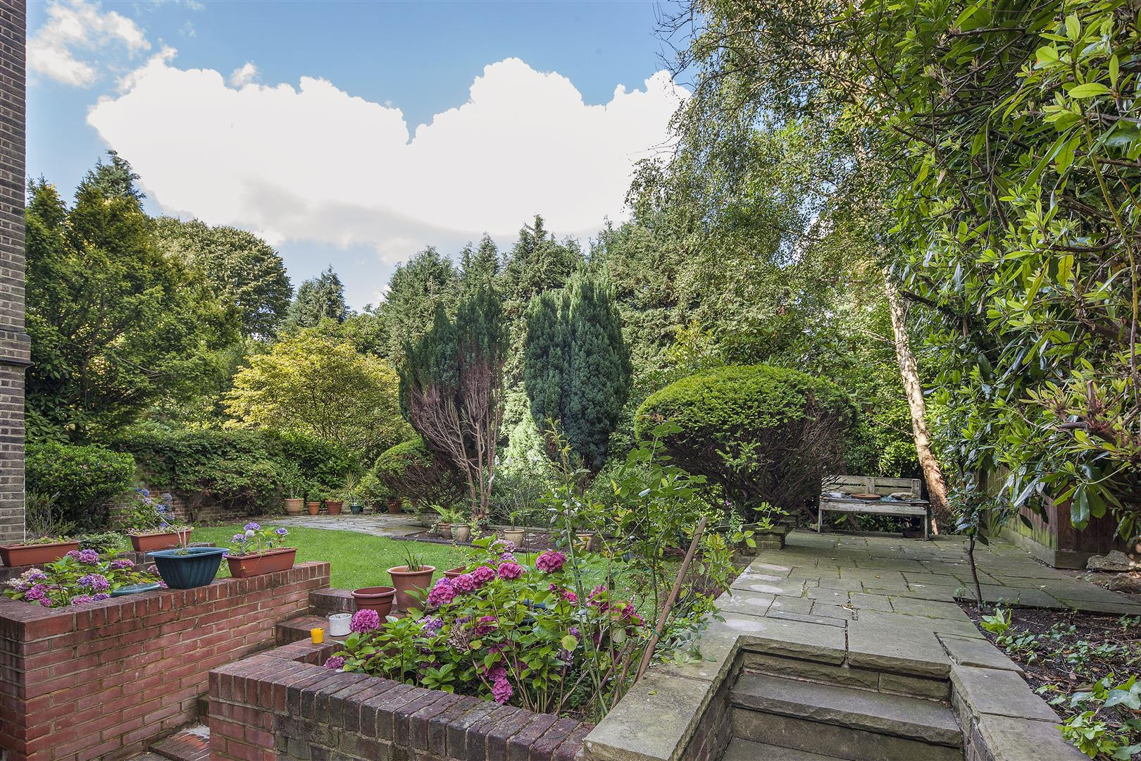 4 Bedrooms Flat for sale in Garden Apartment, West Heath Road, Hampstead, NW3